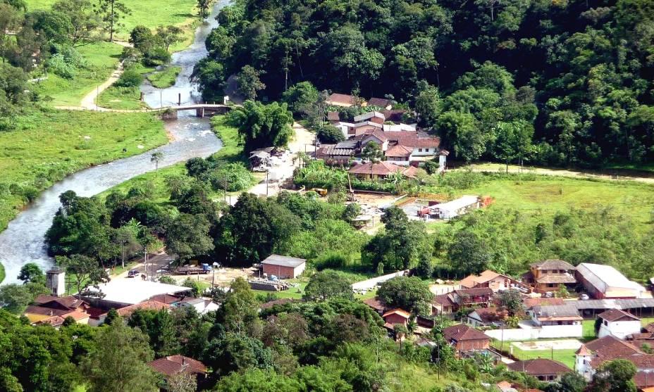 """<strong><a href=""""http://viajeaqui.abril.com.br/cidades/br-rj-visconde-de-maua"""" rel=""""15. Visconde de Mauá (RJ)"""" target=""""_self"""">15. Visconde de Mauá (RJ)</a></strong>                        Localizada entre o <a href=""""http://viajeaqui.abril.com.br/estados/br-rio-de-janeiro"""" rel=""""Rio de Janeiro"""" target=""""_self"""">Rio de Janeiro</a> e <a href=""""http://viajeaqui.abril.com.br/estados/br-minas-gerais"""" rel=""""Minas Gerais"""" target=""""_self"""">Minas Gerais</a>, essa bela cidade recebeu uma mescla de imigrantes, que marcam a cidade com elementos de culturas como a polonesa, austríaca e portuguesa"""