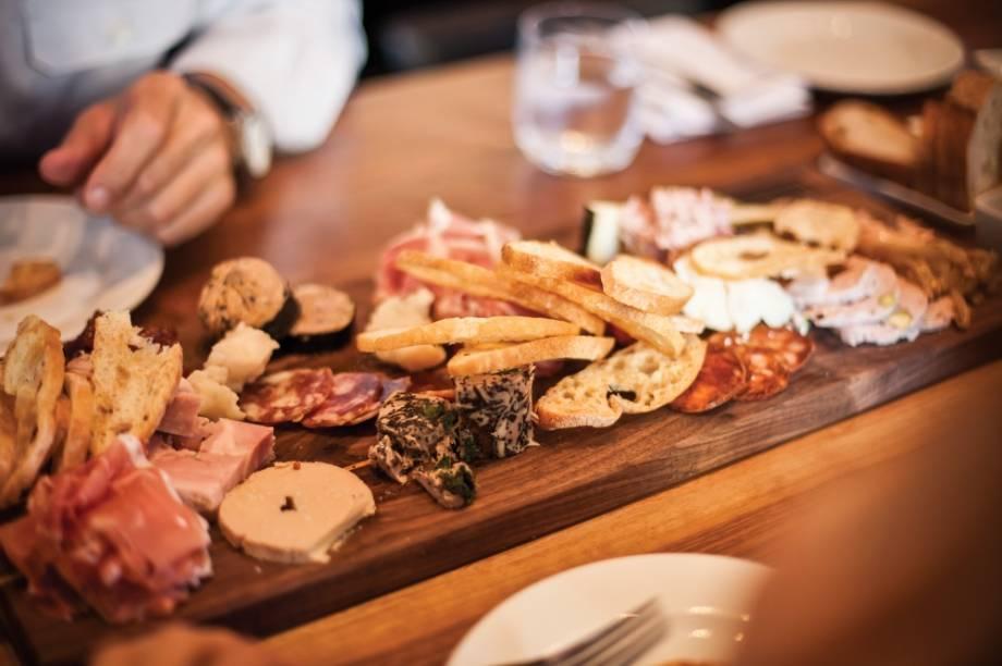 Embutidos e queijos são ingredientes básicos da cozinha quebecois, onde o clima gelado sempre obrigou os habitantes, nativos, franceses e ingleses, a buscar novas formas de conservação dos alimentos. Aqui, uma mesa de frios do Hambar Restaurant Bar