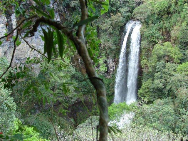 Cachoeira do Trombão, com 35 metros de altura, acessada por uma das trilhas do Ecoparque Sperry