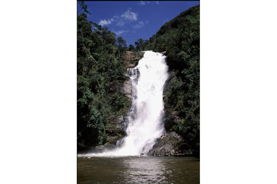 """Uma caminhada de 1,5 quilômetros leva à <strong>Cachoeira Santo Izidro</strong> (foto) a mais próxima da entrada do <strong>Parque Nacional da Serra da Bocaina</strong>. Se tiver pique (muito pique) estenda a viagem até a Cachoeira do Veado, parada obrigatória para quem encara os 53 quilômetros da <strong>Trilha do Ouro</strong>. A queda d'água se encontra no meio do caminho entre <a href=""""http://viajeaqui.abril.com.br/cidades/br-sp-sao-jose-do-barreiro"""" rel=""""São José do Barreiro """" target=""""_blank""""><strong>São José do Barreiro</strong></a>, em <a href=""""http://viajeaqui.abril.com.br/estados/br-sao-paulo"""" rel=""""São Paulo"""" target=""""_blank"""">São Paulo</a>, e <a href=""""http://viajeaqui.abril.com.br/cidades/br-rj-paraty"""" rel=""""Paraty"""" target=""""_blank""""><strong>Paraty</strong></a>, no <a href=""""http://viajeaqui.abril.com.br/estados/br-rio-de-janeiro"""" rel=""""Rio de Janeiro"""" target=""""_blank"""">Rio de Janeiro</a>. Um ótimo ponto para montar o acampamento"""