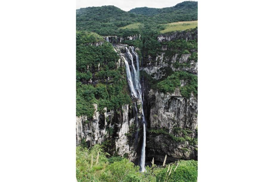Para chegar à Cachoeira do Tigre Preto, no Parque Nacional da Serra Geral (RS/SC), basta caminhar por 800 m até o leito do rio, atravessá-lo (é rasinho e existem várias pedras que ajudam na travessia) e prosseguir mais um pouco em direção ao mirante com vista para a cachoeira