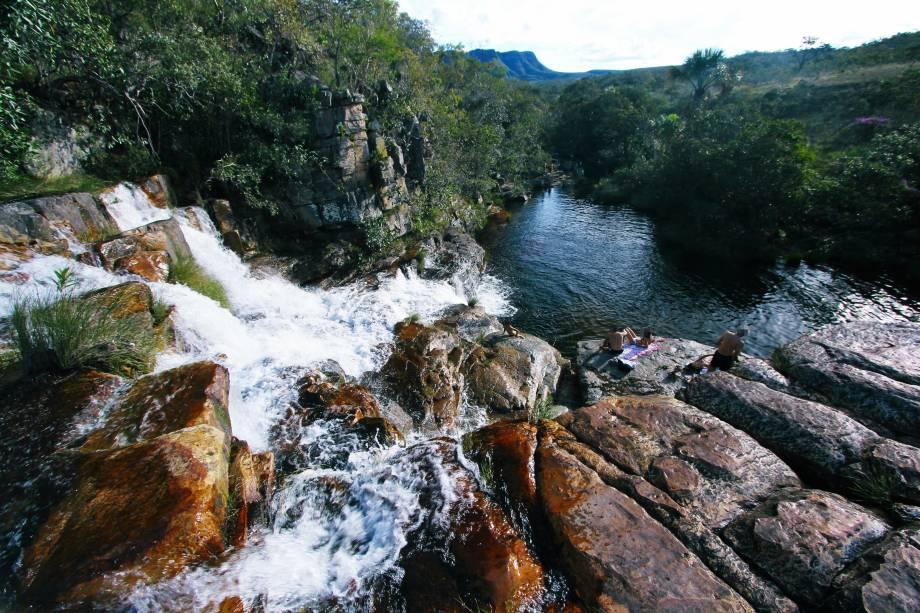 """<a href=""""http://viajeaqui.abril.com.br/cidades/br-go-chapada-dos-veadeiros"""" rel=""""Chapada dos Veadeiros"""" target=""""_blank""""><strong>Chapada dos Veadeiros</strong></a>    Chega-se ao mirante da Cachoeira Almécegas depois de trilha de 1,5km pela Chapada dos Veadeiros.    Um paredão de quartzito por onde a água escorre em meio a árvores e plantas. Do mirante, sai mais uma trilha de 600 m, bastante íngreme, até o poço de água transparente e gelada que se forma ao pé da queda-dágua"""