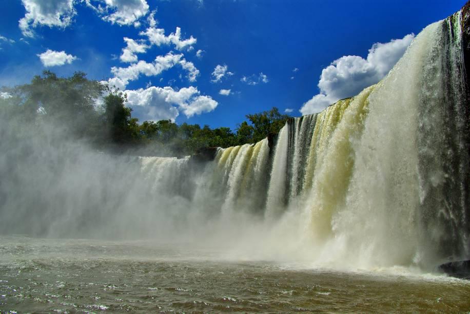 """<a href=""""http://viajeaqui.abril.com.br/estabelecimentos/br-ma-carolina-atracao-chapada-das-mesas"""" rel=""""Chapada das Mesas"""" target=""""_blank""""><strong>Chapada das Mesas</strong></a>    A Cachoeira São Romão fica no Rio Farinha a 70km de Carolina. A proximidade só é dificultada por causa da estrada de terra esburacada, que exige ser atravessada por um veículo com tração nas 4 rodas"""