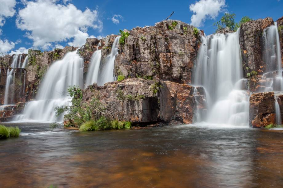 """<a href=""""http://viajeaqui.abril.com.br/cidades/br-go-chapada-dos-veadeiros"""" rel=""""Chapada dos Veadeiros"""" target=""""_blank""""><strong>Chapada dos Veadeiros</strong></a>    Uma sequência de corredeiras, cachoeiras e poços formam a Catarata dos Couros. Chega-se a ela por uma trilha fácil, mas chegando lá é possível pular de pedra em pedra para encontrar outros poços d'água mais escondidos"""