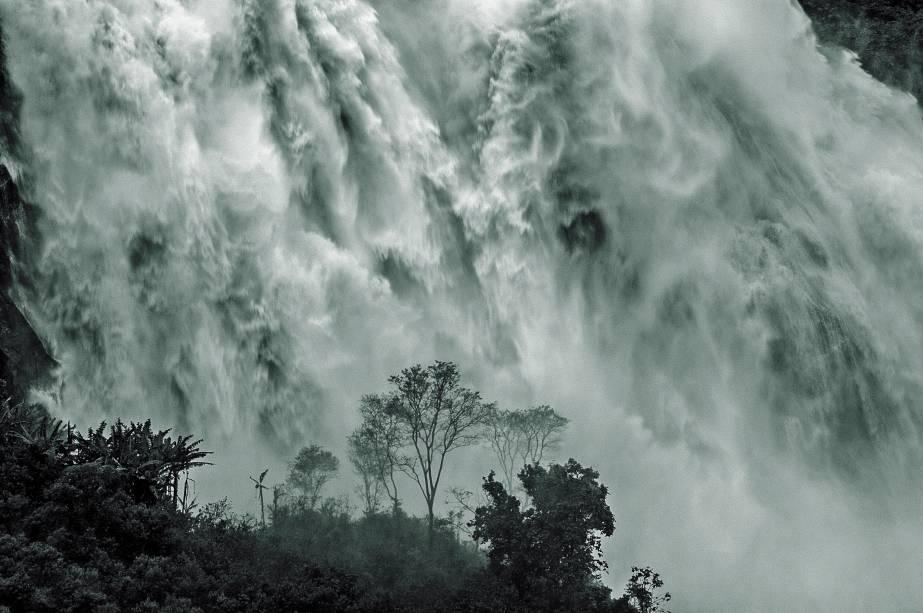 """<a href=""""http:// viajeaqui.abril.com.br/cidades/br-ba-chapada-diamantina"""" rel=""""Chapada Diamantina"""" target=""""_blank""""><strong>Chapada Diamantina</strong></a>    O trekking que leva até a parte de baixo da Cachoeira da Fumaça demora 3 dias de sobe-e-desce pelo Vale do Capão"""