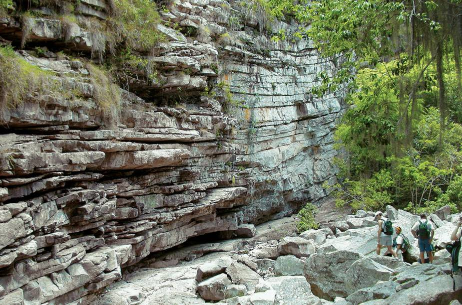 """As cachoeiras, rios, cânions e grutas, que formam cenários inacreditáveis, fazem do Parque Nacional da Chapada Diamantina um dos principais destinos de ecoturismo do Brasil. As atrações valem a visita e encantam os aventureiros.<a href=""""https://www.booking.com/searchresults.pt-br.html?aid=332455&sid=605c56653290b80351df808102ac423d&sb=1&src=index&src_elem=sb&error_url=https%3A%2F%2Fwww.booking.com%2Findex.pt-br.html%3Faid%3D332455%3Bsid%3D605c56653290b80351df808102ac423d%3Bsb_price_type%3Dtotal%26%3B&ss=Chapada+Diamantina%2C+Brasil&checkin_monthday=&checkin_month=&checkin_year=&checkout_monthday=&checkout_month=&checkout_year=&no_rooms=1&group_adults=2&group_children=0&map=1&b_h4u_keep_filters=&from_sf=1&ss_raw=Chapada+Diamantina&ac_position=0&ac_langcode=xb&dest_id=5235&dest_type=region&place_id_lat=-12.669165&place_id_lon=-41.437884&search_pageview_id=49fa99d360af00d4&search_selected=true&search_pageview_id=49fa99d360af00d4&ac_suggestion_list_length=5&ac_suggestion_theme_list_length=0#map_closed"""" target=""""_blank"""" rel=""""noopener""""><em>Busque hospedagens na Chapada Diamantina</em></a>"""