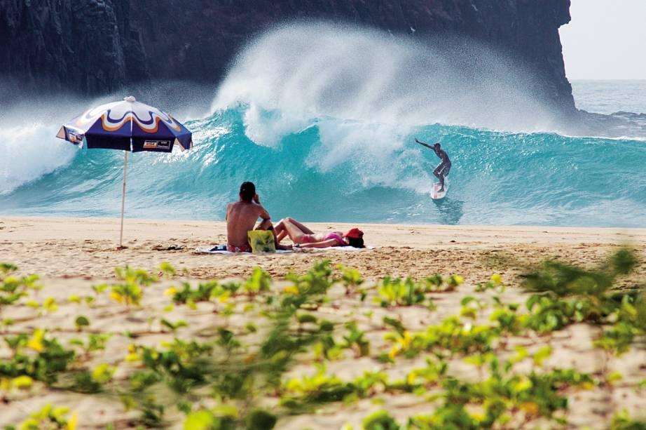 """<a href=""""http://viajeaqui.abril.com.br/estabelecimentos/br-pe-fernando-de-noronha-atracao-surfe""""><strong>Surfe</strong></a>As praias de <a href=""""http://viajeaqui.abril.com.br/estabelecimentos/br-pe-fernando-de-noronha-atracao-praia-cacimba-do-padre"""">Cacimba do Padre</a> (foto), Boldró e Conceição são as mais procuradas pelos surfistas.A melhor época para a atividade é entre janeiro e fevereiro, quando as ondas ficam maiores, mais longas e consistentes."""