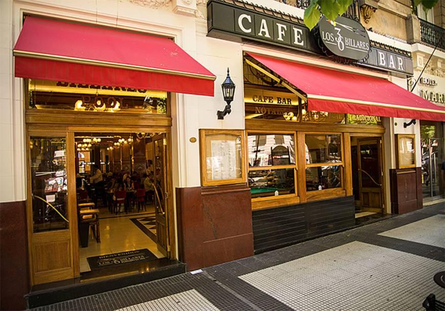 """<strong>3. <a href=""""http://los36billares.com.ar"""" rel=""""Café los 36 Billares"""" target=""""_blank"""">Café los 36 Billares</a> (143 metros) </strong>    É um dos bares tradicionais de Buenos Aires, mas os turistas não o conhecem. Seu destaque é uma sala com mesas de bilhar, onde ocorrem campeonatos.<em>Avenida de Mayo, 1247</em>"""