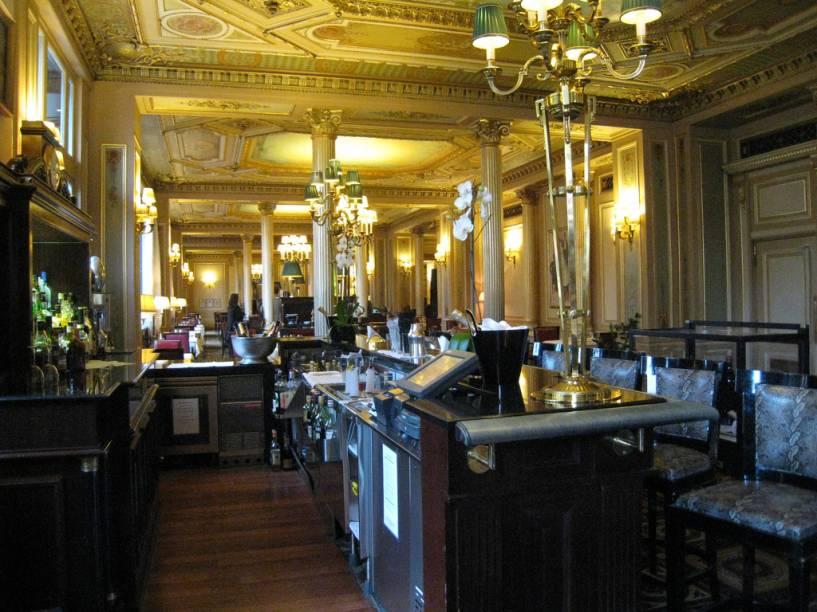 """<strong>Cafe de la Paix, Paris</strong><br />    Aberto em 1862, elegantemente decorado em estilo Segundo Império, com belos afrescos e ornamentos em ouro, o <strong><a href=""""http://viajeaqui.abril.com.br/estabelecimentos/franca-paris-restaurante-cafe-de-la-paix"""" rel=""""Cafe de la Paix """" target=""""_self"""">Cafe de la Paix</a> </strong>oferece ainda um terraço de onde se descortina uma vista privilegiada do Teatro Ópera-Garnier, em <a href=""""http://viajeaqui.abril.com.br/cidades/franca-paris"""" rel=""""Paris"""" target=""""_blank""""><strong>Paris</strong></a>. Por todo o século 19 e início do século 20, foi um dos palcos onde se desenrolou a vida mundana parisiense com todo o seu charme e um quê de boemia.<br />    <br />    Toulouse Lautrec de sua mesa cativa observava o movimento de onde muitas vezes vinha a inspiração para algum quadro. Enrico Caruso durante as suas temporadas na Opera de Paris fez dele um de seus locais preferidos e Oscar Wilde talvez tenha buscado ali, em algum belo jovem francês, o modelo para criar o seu mais famoso personagem: Dorian Grey.<br />    <br />    Hoje, como sempre, um de seus pontos fortes é a <em>patisserie</em> (confeitaria), comandada desde o início por grandes chefes. Atualmente, o <em>Chef Pâtissier</em> Dominique Costa ocupa o posto e é um dos responsáveis pela criação das famosas """"<em>Pâtisseries Fashion"""" du Café de la Paix</em>; doces que são verdadeiras obras de arte. Aos domingos, de 12h15 às 15h30, oferece um delicioso<em> brunch</em> incluindo uma taça de champanhe <em>rosé</em>. É claro que todo este charme francês tem o seu preço, portanto prepare a sua carteira!"""