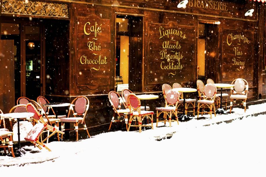 Uma das boas pedidas durante o frio parisiense é parar em um café para tomar uma bebida quentinha e se aquecer – para acompanhar, peça croissants e macarons, dois docinhos franceses tradicionais