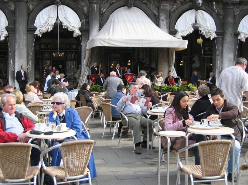 """<strong>Caffè Florian</strong>, <strong>Veneza</strong><br />Entre os mais tradicionais da Europa, difícil concorrer com o <a href=""""http://viajeaqui.abril.com.br/estabelecimentos/italia-veneza-restaurante-caffe-florian"""" rel=""""Café Florian"""" target=""""_blank""""><strong>Caffè Florian</strong></a> no item localização: Piazza San Marco, em <a href=""""http://viajeaqui.abril.com.br/cidades/italia-veneza"""" rel=""""Veneza"""" target=""""_blank""""><strong>Veneza</strong></a>. Fundado em 1720, o que faz dele a mais antiga cafeteria da Itália, é tão icônico e visitado quanto a Basílica di San Marco! Chamado inicialmente <em>Caffè alla Venezia Trionfante </em>(Café da Veneza triunfante) logo recebeu o nome atual, referência ao seu proprietário, Floriano Francesconi. De suas mesas ao ar livre, famosos e turistas comuns curtem o visual enquanto saboreiam um <em>vero espresso</em> (expresso verdadeiro).<br /><br />A galeria de celebridades que se sentaram às suas mesas inclui Carlo Goldoni, Goethe, Marcel Proust, Lord Byron e Charles Dickens. Um de seus mais assíduos frequentadores, o sedutor Casanova tinha um motivo muito forte para fazê-lo: Floriano Francesconi havia conseguido uma licença especial do Doge de Veneza autorizando a entrada de mulheres neste domínio tipicamente masculino, permitindo-lhe assim conhecer e escolher suas próximas conquistas. Este fato é comemorado, com uma coleção de joias artesanais típicas da ourivesaria veneziana, produzidas e vendidas no próprio café.<br /><br />O Florian mantém o luxo em seu interior, dividido em várias salas, batizadas com nomes simbólicos: <em>Sala degli Uomini Illustri</em> (Sala dos homens ilustres), <em>Sala del Senato</em> (Sala do Senado) e <em>Sala degli Specchi</em> (sala dos espelhos), entre outras. Atualmente estas salas são um espaço dedicado à arte contemporânea e a outras manifestações culturais. Uma orquestra permanente se encarrega do fundo musical. Seus preços estão à altura de seu status"""