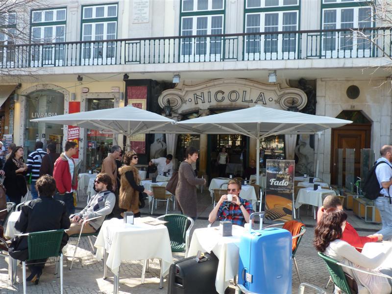 """<strong>Café Nicola, Lisboa</strong><br />    O jornal <em>A Gazeta</em> de Lisboa em 1787 já fazia referência ao café fundado pelo italiano Nicola Breteiro, com o nome de Botequim Nicola, no bairro do Rocio. O <strong><a href=""""http://viajeaqui.abril.com.br/estabelecimentos/portugal-lisboa-restaurante-cafe-nicola"""" rel=""""Café Nicola"""" target=""""_self"""">Café Nicola</a></strong> foi o ponto de encontro da elite intelectual de <a href=""""http://viajeaqui.abril.com.br/cidades/portugal-lisboa"""" rel=""""Lisboa"""" target=""""_blank""""><strong>Lisboa</strong></a> e palco de grandes debates literários e políticos.O poeta Manuel Maria Barbosa du Bocage foi talvez o seu frequentador mais famoso e lá ainda pode ser encontrado em uma escultura que o representa.<br />    <br />    Com o passar dos séculos, o local soube adaptar-se aos novos tempos sem perder as suas características. Depois de um período em que foi obrigado a fechar suas portas, por problemas políticos, a partir de 1929, reformado, ganhou a fachada e o nome que se mantêm até hoje.<br />    <br />    Atualmente, produz o seu próprio café e oferece um """"algo mais"""" aos seus frequentadores: as séries especiais de """"saquinhos de açúcar"""" originais e únicos, com dizeres diversos que fazem a alegria dos colecionadores de todo o mundo. Eleito pela <em>Veja Lisboa</em> como a melhor cafeteria da cidade, ainda permanece como importante referência na sociedade lisboeta e uma atração para os turistas"""