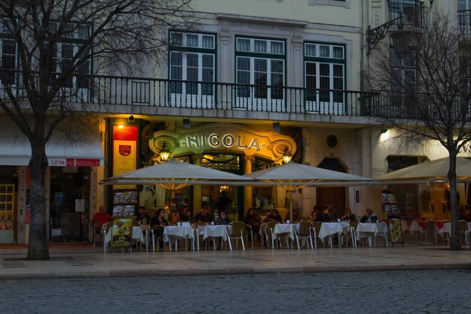 """Os pais de Eça viveram durante muito tempo no prédio onde está esse <a href=""""/estabelecimentos/portugal-lisboa-restaurante-cafe-nicola"""" target=""""_blank"""" rel=""""noopener"""">café histórico</a>, de 1787, palco de encontros literários nos séculos 18 e 19. (Praça Dom Pedro IV, 24-25)"""