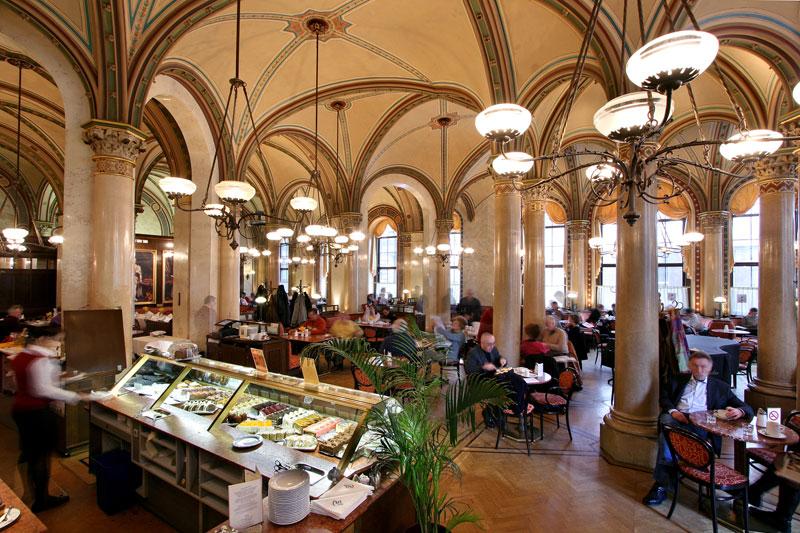"""<strong>Cafe Central, Viena</strong><br />    Um verdadeiro símbolo vienense, aberto em 1860, o<strong> <a href=""""http://viajeaqui.abril.com.br/estabelecimentos/austria-viena-restaurante-cafe-central"""" rel=""""Cafe Central"""" target=""""_self"""">Cafe Central</a></strong> reuniu escritores, artistas e a alta burguesia da cidade até o final do século 19. Até hoje você pode deliciar-se com uma taça do melhor <em>schawrzer</em> (café puro forte), de um<em> Kapuziner</em> (café com chantilly) ou de um <em>franziskaner</em> (café claro com chantilly, servido em taça grande).<br />    <br />    Sigmund Freud, Leon Trotzki e Gustav Klimt tiveram assento cativo em suas mesas. Durante muito tempo foi chamado """"universidade do xadrez"""", porque em suas mesas se disputavam grandes partidas entre os aficionados deste jogo. Sua decoração neorrenascentista se conserva praticamente inalterada, assim como a sua confeitaria que valoriza os sabores mais tradicionais e autênticos da <em>pâtisserie</em> austríaca, como o <em>apfelstrudel</em> (strudel de maçã)"""
