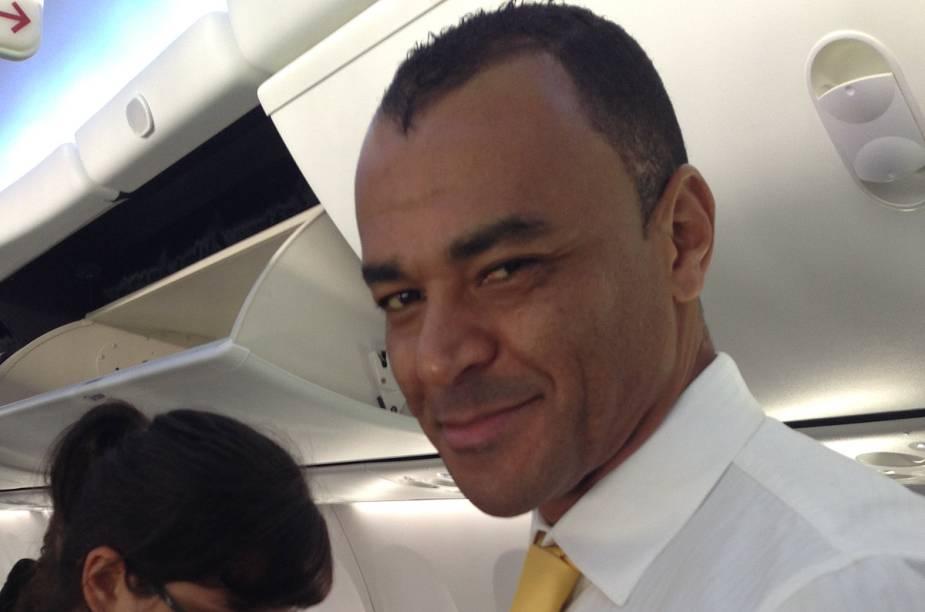 Cafu prepara-se para servir os passageiros do voo, que partiu de Guarulhos e chegou a Brasília nesta quarta-feira