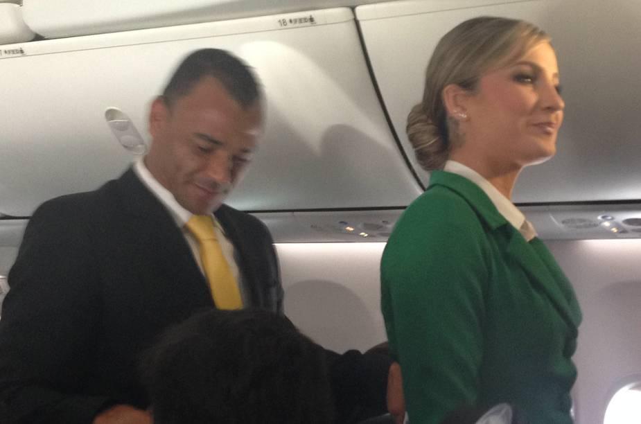 Cafu e Claudia Leitte passeiam pelos corredores da aeronave