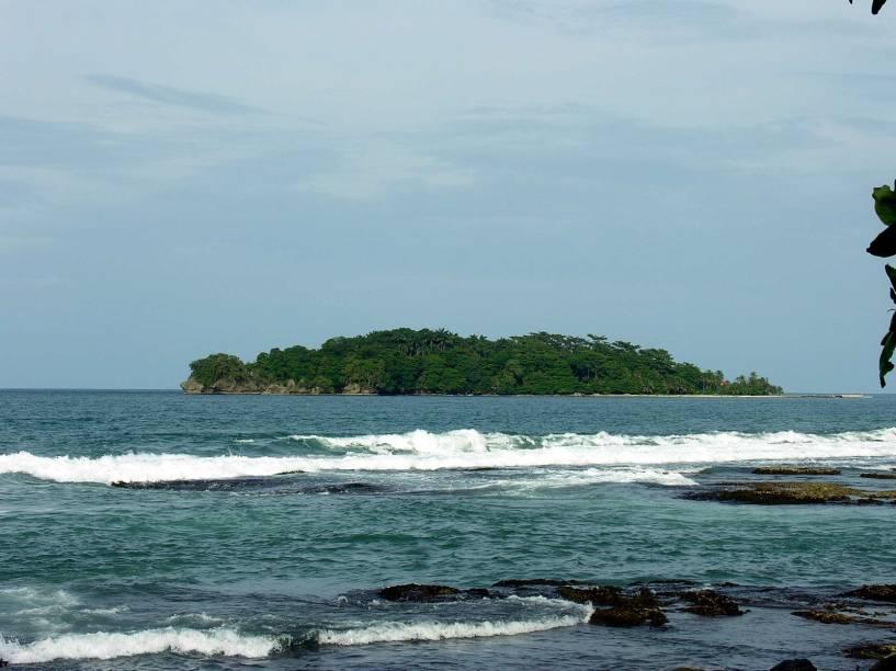 Os bons velhos tempos de vilarejo de pescadores continuam vivos nas praias do <strong>Parque Nacional Cahuita</strong> na <strong>costa caribenha</strong>. As ruas ainda são de terra e a praia de areia preta continua tranquila neste lugar que é o primeiro assentamento afro-caribenho da Costa Rica.A atmosfera convida a uma pausa para relaxar e ouvir o barulho do mar. A cidade em si fica em frente ao mar, mas não tem praia – uma caminhada de 5 minutos leva à Playa Negra e o Parque Nacional está a um passeio de bicicleta de distância.