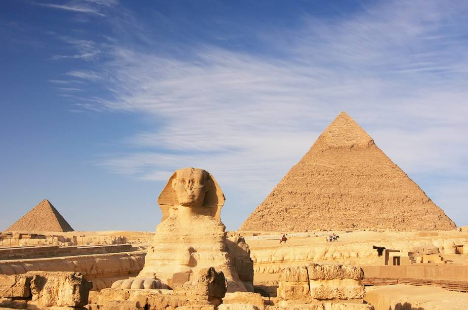 """<a href=""""http://viajeaqui.abril.com.br/cidades/egito-cairo"""" rel=""""CAIRO """" target=""""_blank""""><strong>CAIRO </strong></a>O <a href=""""http://viajeaqui.abril.com.br/paises/egito"""" rel=""""Egito"""" target=""""_blank"""">Egito</a> perdeu mais de quatro milhões de turistas no últimos anos, após as revoluções que depuseram os presidentes Hosni Mubarak e Mohamed Morsi e causaram milhares de mortos. Mas, mesmo com toda a violência, o <a href=""""http://viajeaqui.abril.com.br/cidades/egito-cairo"""" rel=""""Cairo"""" target=""""_blank"""">Cairo</a> é uma cidade que ainda domina o imaginário popular: logo ao lado da capital egípcia, em <a href=""""http://viajeaqui.abril.com.br/estabelecimentos/egito-cairo-atracao-piramides-de-gize"""" rel=""""Gizé"""" target=""""_blank"""">Gizé</a>, estão as mais famosas pirâmides de mundo e, no centro da cidade, é possível visitar lugares como o <a href=""""http://viajeaqui.abril.com.br/estabelecimentos/egito-cairo-atracao-museu-egipcio-museu-do-cairo"""" rel=""""Museu Egípcio"""" target=""""_blank"""">Museu Egípcio</a> (que abriga, por exemplo, múmias de faraós e as relíquias de Tucâncamon) e o bazar Khan al-Khalili, um dos mais tradicionais mercados de rua do mundo árabe."""
