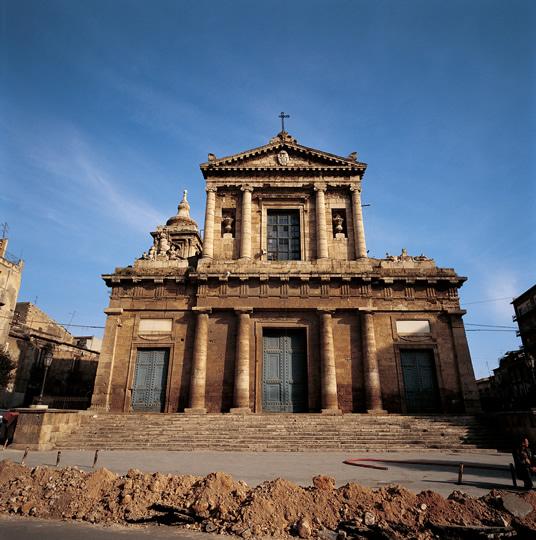 <strong>O Duomo de Caltanissetta</strong>É em torno desta bela catedral que se realiza uma procissão onde a teatralidade italiana se faz presente em detalhes que remontam a ritos ancestrais.É a <em>Real Maestranza</em> (maestranza define as antigas corporações profissionais: carpinteiros, marceneiros,açougueiros e vários outros, que exerciam grande influência na sociedade local)