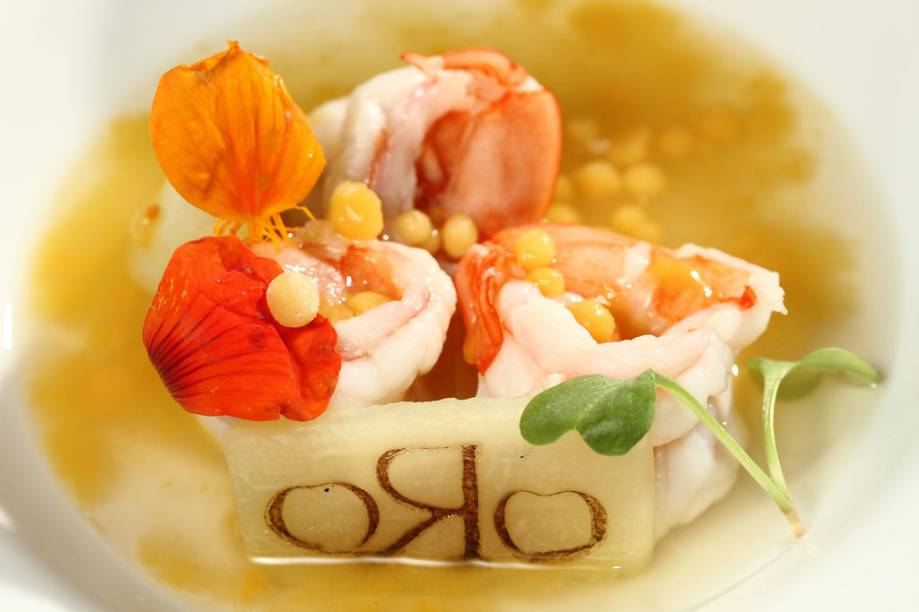 """Camarão, chuchu e vinagrete de taberebá, prato de Felipe Bronze, chef e dono do restaurante <a href=""""http://viajeaqui.abril.com.br/estabelecimentos/br-rj-rio-de-janeiro-restaurante-oro"""" rel=""""Oro"""">Oro</a>, no <a href=""""http://viajeaqui.abril.com.br/cidades/br-rj-rio-de-janeiro"""" rel=""""Rio de Janeiro"""">Rio de Janeiro</a>"""