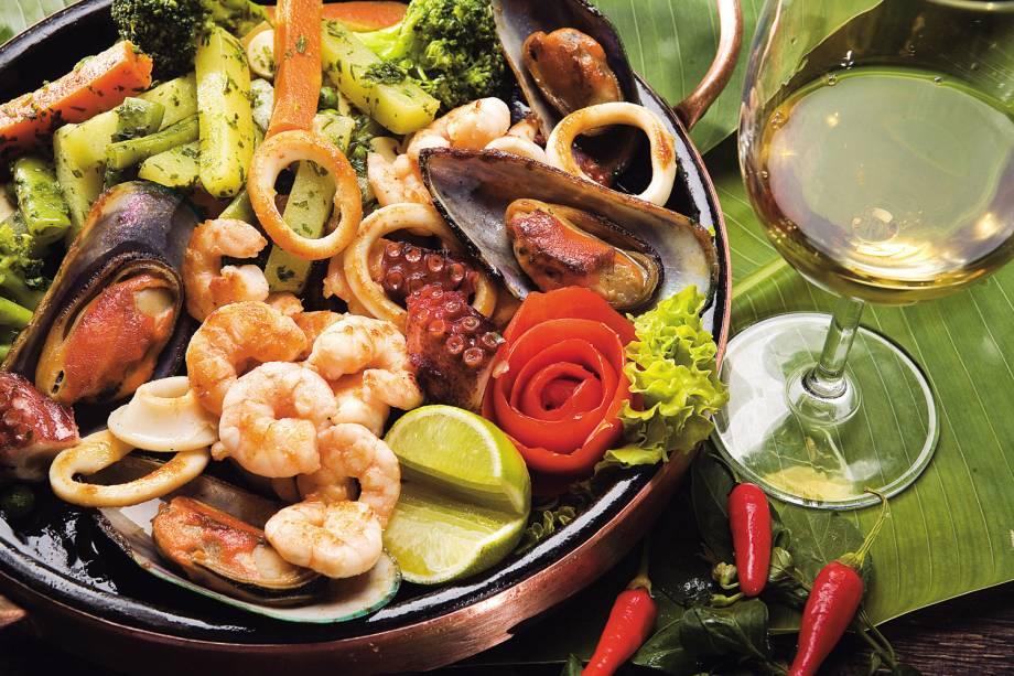 Frutos do mar ao azeite de ervas, servido no restaurante Camarões Potiguar, no Rio Grande do Norte