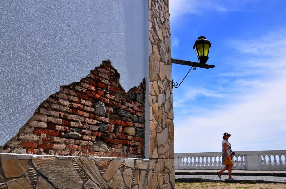 <em>Caminando por Colonia</em>, de Julio César Strauch, retrata a cidade histórica, construída por portugueses e espanhóis, à beira do rio da Prata