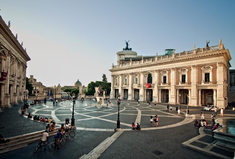 A Piazza del Campidoglio foi desenhada por Michelangelo no século 17. no centro está a estátua equestre de Marco Aurélio