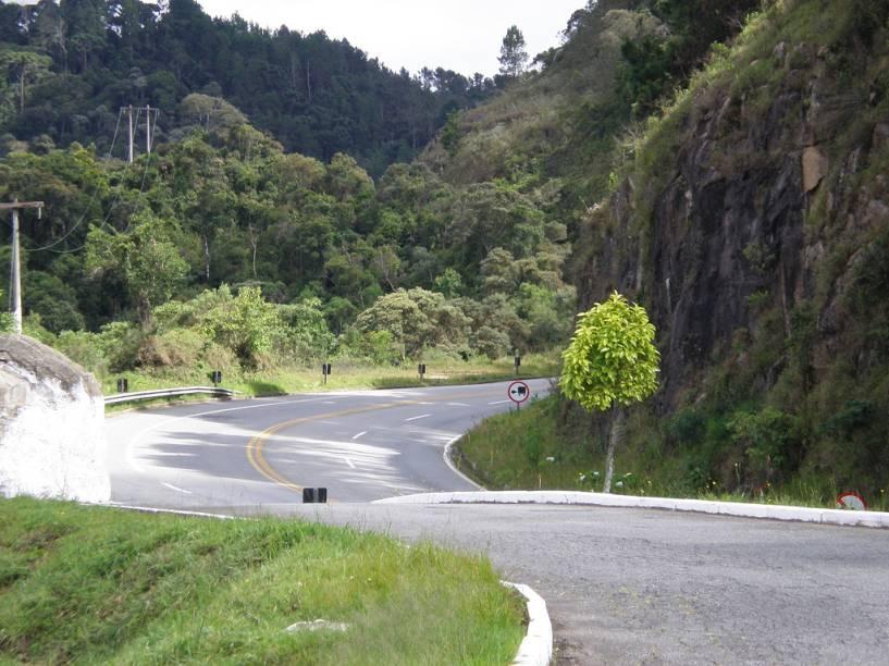 """<strong>ACESSO</strong> - <strong>Campos do Jordão vence!</strong><br /><br />Há três maneiras de se chegar em Campos do Jordão, mas 95% dos visitantes sobem a Serra da Mantiqueira pela Rodovia Floriano Rodrigues Pinheiro (foto). Então vamos nos ater a ela. Entre o trevo da Via Dutra, em <a href=""""http://viajeaqui.abril.com.br/cidades/br-sp-taubate"""" rel=""""Taubaté"""" target=""""_blank"""">Taubaté</a> até a entrada de Campos do Jordão são 48 quilômetros divididos quase que irmanamente entre o trecho de planalto e serra. Nessa primeira perna, é recomendado um pit stop no Leite na Pista – enquanto os adultos compram queijos e bolo de tapioca, as crianças se divertem com o laguinho e os animais no gramado. A subida da serra é bem tranquila, com terceira pista e a vista de um belo vale. Na metade da subida, outro interessante ponto de parada: na estação ferroviária Eugênio Lefèvre, virou tradição provar o bolinho de bacalhau servido na lanchonete. Já no alto da serra, o Belvedere oferece uma vista espetacular tendo o Pico Agudo, em Santo Antônio do Pinhal, a Pedra do Baú e o Vale do Paraíba como protagonistas.<br /><br />Chegar em Monte Verde não suscita grandes emoções. Já é muito bom saber da pavimentação dos 33 quilômetros da estradinha que liga Camanducaia a Monte Verde. A subida é meio travada e a pista, estreita. Apenas nos 10 quilômetros finais a vista fica mais abrangente e consegue-se observar as famosas montanhas da vila (Pico do Selado, Pedra Vermelha e Pedra Redonda) e as araucárias que dão um charme todo especial à vila ."""