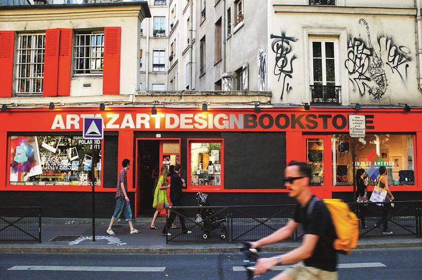 A pé, saindo no metrô République, a melhor opção para quem quer desbravar a região é chegar até o canal pela Rue Beaurepaire. Mal comparando com o Sena, as margens droite (direita) e gauche (esquerda) são, respectivamente, o Quai de Jemmapes e o Quai de Valmy, para quem sobe em direção a La Villette. São vias apinhadas de coisas legais e por onde se chega a ruas com coisas mais legais ainda.