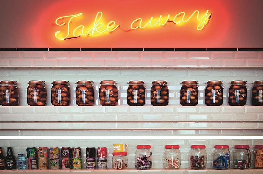 """Voltando à Rue des Vinaigriers, passe pelo simpático Holybelly, restaurante apertadinho frequentado por jovens e cheio de mesinhas na rua. Mais adiante, não se espante ao olhar pela vitrine do <a href=""""http://www.thesunkenchip.com/english#about"""" rel=""""The Sunken Chip"""" target=""""_blank"""">The Sunken Chip</a>. É isso mesmo: trata-se do primeiro restaurante em Paris dedicado ao mais famoso prato das tropas bretãs, o fish and chips. Ele tem mesas comunitárias e variações do peixe frito. A aceitação, entre os gauleses, é das melhores. Um pouco mais à frente, quase chegando ao canal, na calçada oposta, o <a href=""""http://cafe-craft.com/home/"""" rel=""""Craft, """" target=""""_blank"""">Craft, </a>um lugar modernoso, serve lanches, café e pacotes de internet para o seu espaço de co-work. E, mesmo se você não for trabalhar, um cafezinho ali é bem-vindo."""