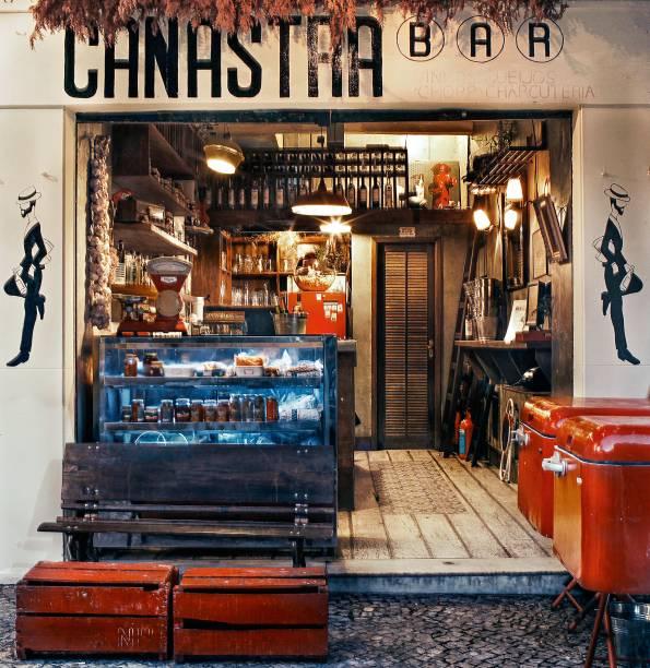 """<strong>7. <a href=""""https://www.facebook.com/Canastra-Bar-825976007465428/"""" rel=""""CANASTRA BAR """" target=""""_blank"""">CANASTRA BAR </a></strong>(1,4 Km)No fim da tarde ou início da noite, siga em direção ao Arpoador. Na Rua Jangadeiros, junto à Praça General Osório, o Canastra Bar caiu nas graças da moçada cool servindo queijos, embutidos e, às terças, ostras. Para acompanhar, vinhos, sangrias e cervejas. O boteco tem donos franceses e jeitão carioca, com disputadíssimas mesas na calçada.<em>Rua Jangadeiros, 42, loja B (Ipanema), 99656-1960</em>"""