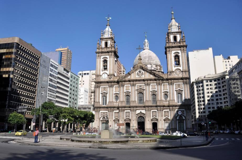 """Na mesma praça da """"Pira do Povo"""", a <strong>Igreja Nossa Senhora da Candelária</strong> tem uma linda cúpula adornada com oito estátuas de mármore."""