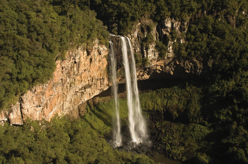 """Considerada uma das melhores cidades da Serra Gaúcha, <a href=""""http://viajeaqui.abril.com.br/cidades/br-rs-canela"""" rel=""""Canela"""" target=""""_self"""">Canela</a> guarda a beleza da <strong><a href=""""http://viajeaqui.abril.com.br/estabelecimentos/br-rs-canela-atracao-parque-do-caracol"""" rel=""""Cascata do Caracol"""" target=""""_self"""">Cascata do Caracol</a></strong>, a mais famosa do <a href=""""http://viajeaqui.abril.com.br/estados/br-rio-grande-do-sul"""" rel=""""Rio Grande do Sul"""" target=""""_self"""">Rio Grande do Sul</a>. Com 131 m de altura, ela pode ser apreciada e fotografada a partir de um mirante. Pra quem deseja explorar o seu entorno, no entanto, é preciso ter fôlego: são 750 degraus pra chegar lá!"""