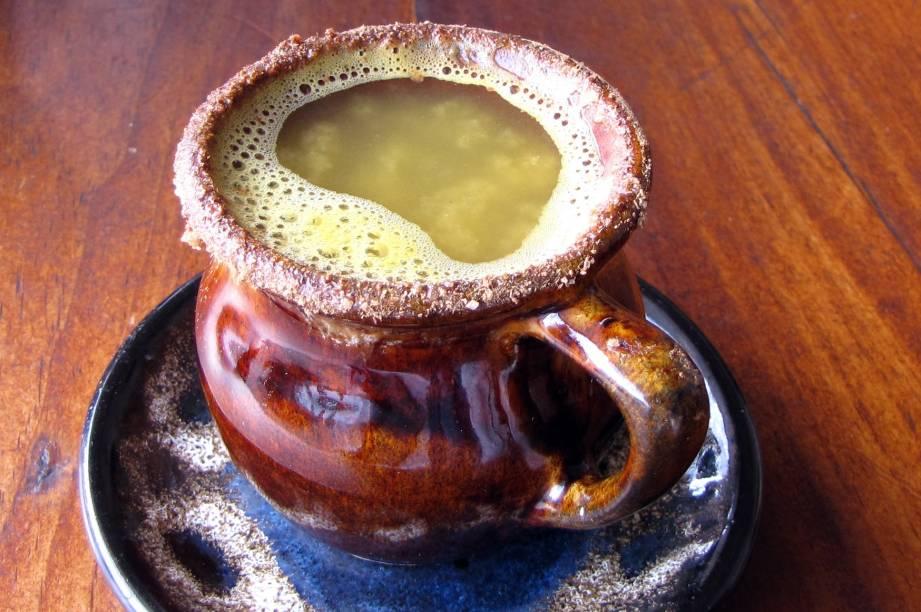"""<strong>14. Canelazo – <a href=""""http://viajeaqui.abril.com.br/paises/equador"""" rel=""""Equador"""" target=""""_blank"""">Equador</a> </strong>                    Enquanto todas as outras bebidas desta lista são servidas frias, o canelazo dá aquele quentinho necessário ao corpo quando se está em um ambiente frio. Típico da região dos Andes, em especial no final da Cordilheira no <a href=""""http://viajeaqui.abril.com.br/paises/equador"""" rel=""""Equador"""" target=""""_blank"""">Equador</a>, <a href=""""http://viajeaqui.abril.com.br/paises/colombia"""" rel=""""Colômbia"""" target=""""_blank"""">Colômbia</a> e <a href=""""http://viajeaqui.abril.com.br/paises/peru"""" rel=""""Peru"""" target=""""_blank"""">Peru</a>, é consumido principalmente no inverno – em especial durante as festas de natal. No Equador, a receita leva aguardiente, que é um tipo de aguardente de cana de açúcar – dá pra substituir a bebida peruana pela nossa cachaça na versão brasileira da receita.                    <strong>Experimente em casa: </strong>a receita é basicamente um chazinho alcoólico, bem parecida com o nosso quentão, mas com suco de laranja. Em uma panela, misture 250ml de água, suco de 1 laranja e raspas da casca da mesma laranja, 1 pau de canela, 5g de cravo de cheiro e 20g de açúcar – ferva até engrossar um pouco. Desligue o fogo. Sirva em uma caneca e acrescente de 15 a 30ml de aguardiente (pode ser substituído por cachaça ou rum) por porção."""
