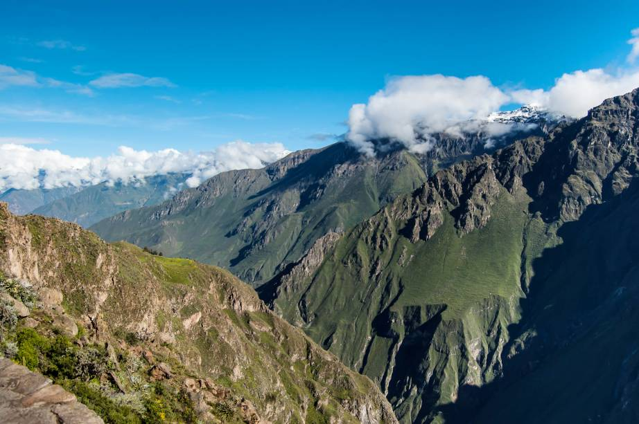 """Localizado no Vale de Colca, ao sul do país, esse cânion é considerado o terceiro destino turístico mais visitado do Peru, com cerca de 120 mil visitantes por ano. Sua profundidade é duas vezes maior do que a do badalado <a href=""""http://viajeaqui.abril.com.br/estabelecimentos/estados-unidos-las-vegas-atracao-grand-canyon"""" target=""""_blank"""">Grand Canyon</a>, nos <a href=""""http://viajeaqui.abril.com.br/paises/estados-unidos"""" target=""""_blank"""">Estados Unidos</a>, com 4160 metros. Povoado pelos povos incas, o lugar seria, posteriormente, cercado por construções e cidades datadas da ocupação espanhola, entre 1542 e 1824. Aqui, também é possível visitar as plantações agrícolas mantidas por moradores locais"""