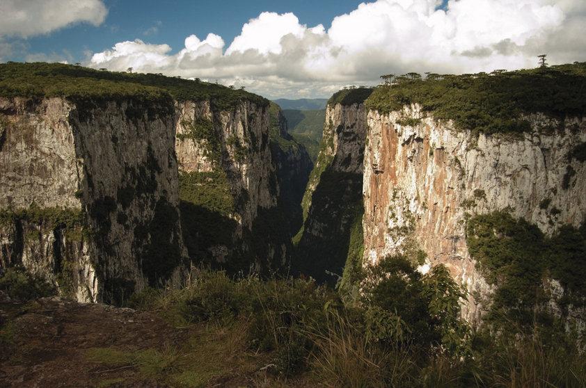 """Paisagens brasileiras também são formadas por belos cânions! Em <a href=""""http://viajeaqui.abril.com.br/cidades/br-rs-cambara-do-sul"""" rel=""""Cambará do Sul"""" target=""""_self"""">Cambará do Sul</a>, o <a href=""""http://viajeaqui.abril.com.br/estabelecimentos/br-rs-cambara-do-sul-atracao-canion-do-itaimbezinho"""" rel=""""Cânion do Itaimbezinho"""" target=""""_self""""><strong>Cânion do Itaimbezinho</strong></a>, a grande atração do <a href=""""http://viajeaqui.abril.com.br/estabelecimentos/br-rs-cambara-do-sul-atracao-parque-nacional-de-aparados-da-serra"""" rel=""""Parque Nacional de Aparados da Serra"""" target=""""_self"""">Parque Nacional de Aparados da Serra</a>, é repleto de trilhas que conduzem a uma visão de tirar o fôlego"""