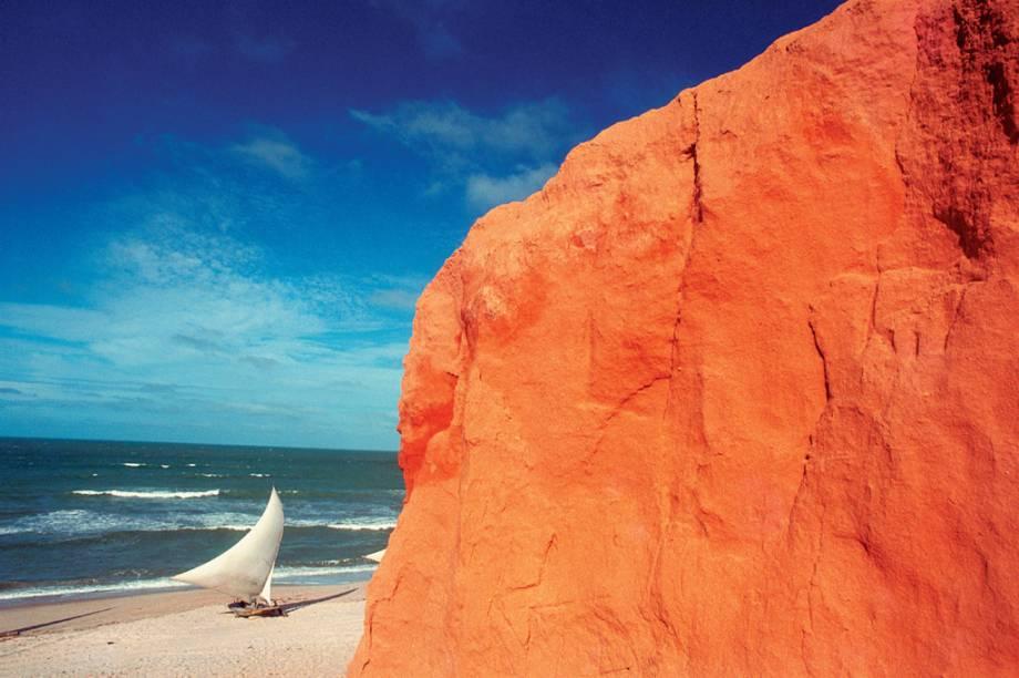 """<strong>1. <a href=""""/cidades/br-ce-canoa-quebrada"""" rel=""""Canoa Quebrada"""" target=""""_blank"""">Canoa Quebrada</a> (2 dias)</strong>    Antigo reduto hippie, a bela praia no entorno da falésia com a famosa escultura da lua e da estrela é hoje uma movimentada base para passear de bugue e curtir a noite da Broadway."""