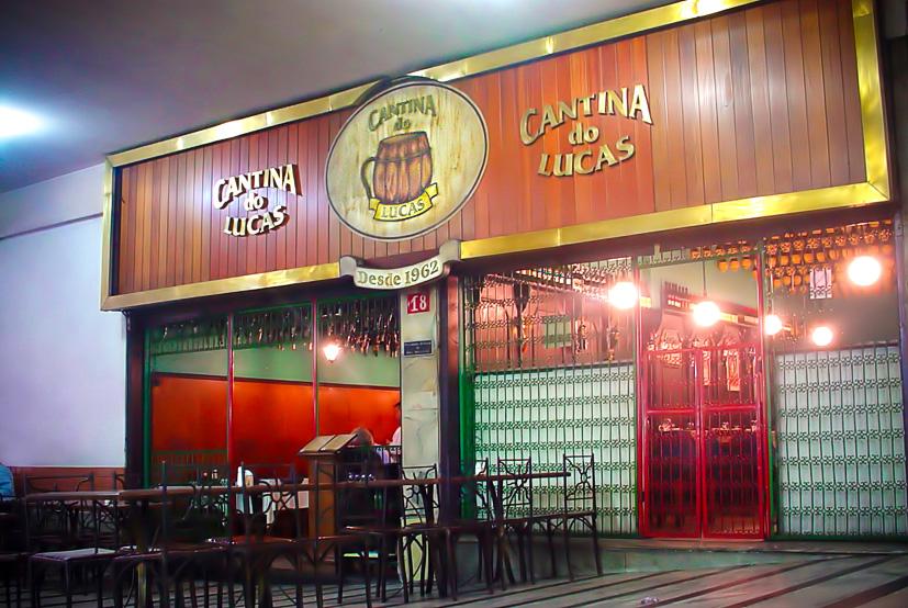 """<a href=""""http://viajeaqui.abril.com.br/estabelecimentos/br-mg-belo-horizonte-restaurante-cantina-do-lucas"""" rel=""""Cantina do Lucas"""" target=""""_blank""""><strong>Cantina do Lucas</strong></a>Bar e restaurante tradicional de Belo Horizonte, a Cantina do Lucas serve fartos e deliciosos pratos à lá carte de inspiração italiana e coração mineiro.O estabelecimento fica no Edifício Arcângelo Maletta, galeria tradicional da cidade localizada na cultural e boêmia Rua da Bahia. Durante o dia, estão abertos os sebos, gráficas, salas comerciais de toda sorte e restaurantes self-service e PF que atendem aos trabalhadores do centro da cidade. À noite a movimentação continua com diversos bares que vão do combo copo americano + cerveja gelada + mesa de plástico aos hypados bares com drinks elaborados e refeições com um quê de sofisticação.A Cantina do Lucas, aberta em 1962, está bem na entrada do Maletta.<strong>Endereço: </strong>Avenida Augusto de Lima, 233, Edifício Maletta. Abre a partir das 11h30 da manhã todos os dias da semana. Sua cozinha só tem descanso quando fecha de vez, às 2h da manhã, de segunda a quinta, 3h da manhã às sextas e sábados e 1h da manhã no domingo<a href=""""http://www.cantinadolucas.com.br/"""" target=""""_blank""""><strong>www.cantinadolucas.com.br</strong></a>"""