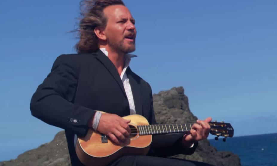 """<strong>10. <a href=""""https://www.youtube.com/watch?v=-8l0_mzi9no"""" rel=""""Eddie Vedder – Can't Keep"""" target=""""_blank"""">Eddie Vedder – Can't Keep</a> - Kalaupapa, Costa de Molokai, Havaí, <a href=""""http://viajeaqui.abril.com.br/paises/estados-unidos"""" rel=""""Estados Unidos"""" target=""""_self"""">Estados Unidos</a></strong>                        Olha o tio Vedder aí de novo! Não bastasse ter uma carreira consagrada à frente do Pearl Jam, o moço ainda resolveu se arriscar em uma bem sucedida carreira solo, marcada pela trilha sonora de <em>Into The Wild</em> e o álbum <em>Ukulele Songs</em>. <strong><a href=""""https://www.youtube.com/watch?v=-8l0_mzi9no"""" rel=""""Assista aqui"""" target=""""_blank"""">Assista aqui</a></strong>"""
