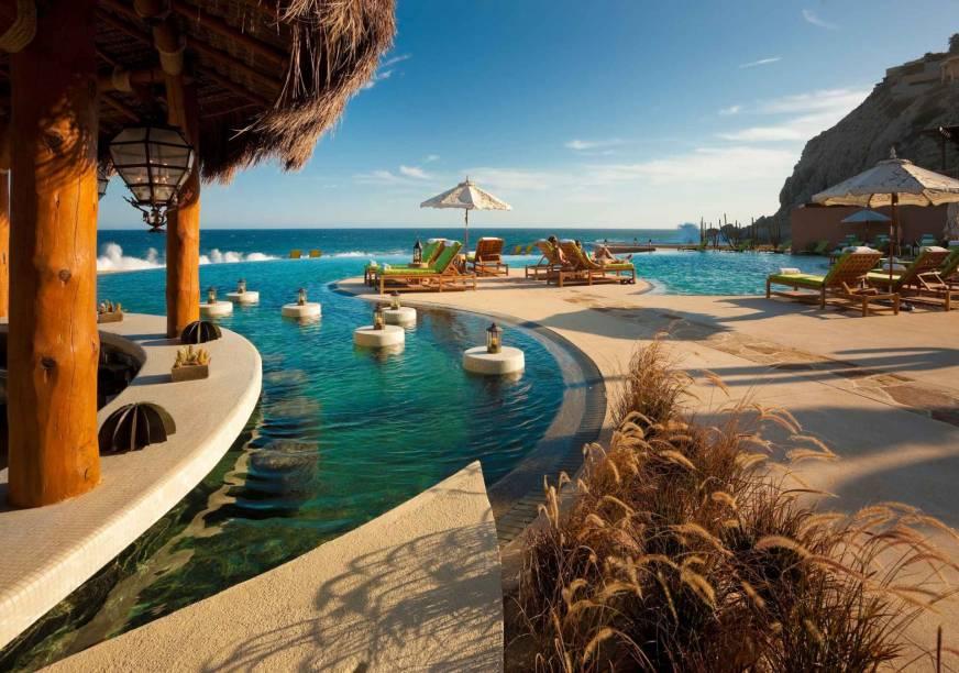 """A piscina do resort, bem como suas luxuosas instalações, são sinônimos de sofisticação. O serviço é a síntese perfeita da simpatia dos mexicanos, solícitos e sorridentes <em><a href=""""http://www.booking.com/hotel/mx/capella-pedregal.pt-br.html?aid=332455&label=viagemabril-as-piscinas-mais-incriveis-do-mundo"""" target=""""_blank"""">Veja os preços do Pedregal Resort no Booking.com</a></em>"""
