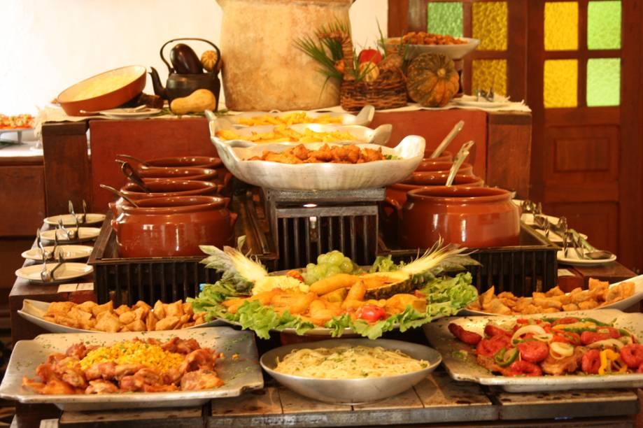 O cardápio do restaurante valoriza a culinária regional com delícias como leitoa à pururuca, canjica, cural - e preparada no fogão a lenha