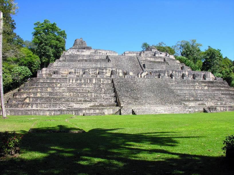 """<strong>10. Caana – Caracol – Belize</strong>Com 43 metros de altura, é a pirâmide mais alta de Belize e a maior estrutura construída pelo homem no país. Tem origem maia e foi erigida por volta de 800 d.C. Seu nome significa """"palácio dos céus"""". A cidade de Caracol tinha aproximadamente 200 km² em seu apogeu, área maior do que a da Cidade de Belize, capital do país!O nome """"Caracol"""" é espanhol e se refere à estrada sinuosa que é preciso percorrer para chegar ao local. Arqueólogos supõem que seu nome maia era Oxwitza, Uxwitza ou Oxhuitza, que significa """"Água das Três Montanhas"""""""