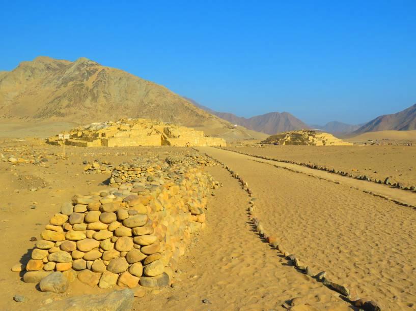 """Localizada no Vale de Supe, a 200 quilômetros do norte de <a href=""""http://viajeaqui.abril.com.br/cidades/peru-lima"""" target=""""_blank"""">Lima</a>, Caral é considerada a cidade mais anciã do continente americano e inclui diversos vestígios de sua antiga civilização, datadas dos séculos 3 a 8 a.C. O sítio arqueológico local é extremamente bem preservado e inclui 32 estruturas piramidais e vestígios de cerimônias religiosas, tidas como uma das principais características de seu povo, em seus altares e templos. Em 2009, ela foi tombada como Patrimônio Mundial da Unesco"""