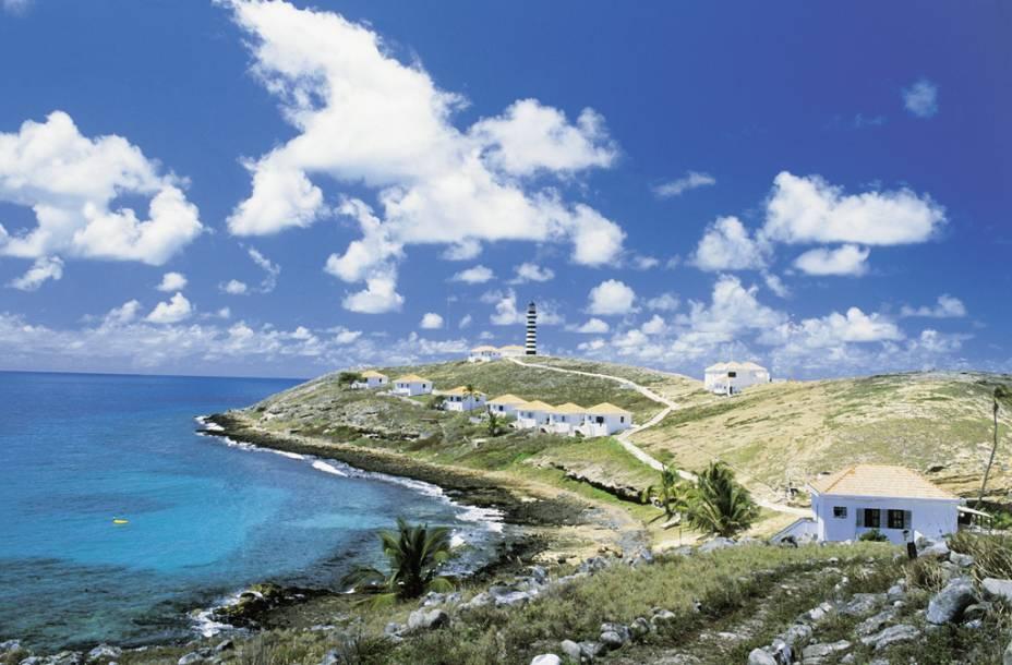 """A cidade serve como base para as embarcações que rumam ao Parque Nacional Marinho dos Abrolhos, detentor da maior formação de corais do Atlântico Sul e um dos melhores pontos de mergulho do país. <a href=""""https://www.booking.com/searchresults.pt-br.html?aid=332455&lang=pt-br&sid=eedbe6de09e709d664615ac6f1b39a5d&sb=1&src=searchresults&src_elem=sb&error_url=https%3A%2F%2Fwww.booking.com%2Fsearchresults.pt-br.html%3Faid%3D332455%3Bsid%3Deedbe6de09e709d664615ac6f1b39a5d%3Bclass_interval%3D1%3Bdest_id%3D-662356%3Bdest_type%3Dcity%3Bdtdisc%3D0%3Bfrom_sf%3D1%3Bgroup_adults%3D2%3Bgroup_children%3D0%3Binac%3D0%3Bindex_postcard%3D0%3Blabel_click%3Dundef%3Bno_rooms%3D1%3Boffset%3D0%3Bpostcard%3D0%3Braw_dest_type%3Dcity%3Broom1%3DA%252CA%3Bsb_price_type%3Dtotal%3Bsearch_selected%3D1%3Bsrc%3Dindex%3Bsrc_elem%3Dsb%3Bss%3DPiren%25C3%25B3polis%252C%2520%25E2%2580%258BGoi%25C3%25A1s%252C%2520%25E2%2580%258BBrasil%3Bss_all%3D0%3Bss_raw%3DPiren%25C3%25B3polis%2520%2528%3Bssb%3Dempty%3Bsshis%3D0%26%3B&ss=Caravelas%2C+%E2%80%8BBahia%2C+%E2%80%8BBrazil&ssne=Piren%C3%B3polis&ssne_untouched=Piren%C3%B3polis&city=-662356&checkin_monthday=&checkin_month=&checkin_year=&checkout_monthday=&checkout_month=&checkout_year=&no_rooms=1&group_adults=2&group_children=0&highlighted_hotels=&from_sf=1&ss_raw=Caravelas%2C+Bahia&ac_position=2&ac_langcode=en&dest_id=-635604&dest_type=city&search_pageview_id=8d11705bd0990204&search_selected=true&search_pageview_id=8d11705bd0990204&ac_suggestion_list_length=3&ac_suggestion_theme_list_length=0"""" target=""""_blank"""" rel=""""noopener""""><em>Busque hospedagens em Caravelas </em></a>"""