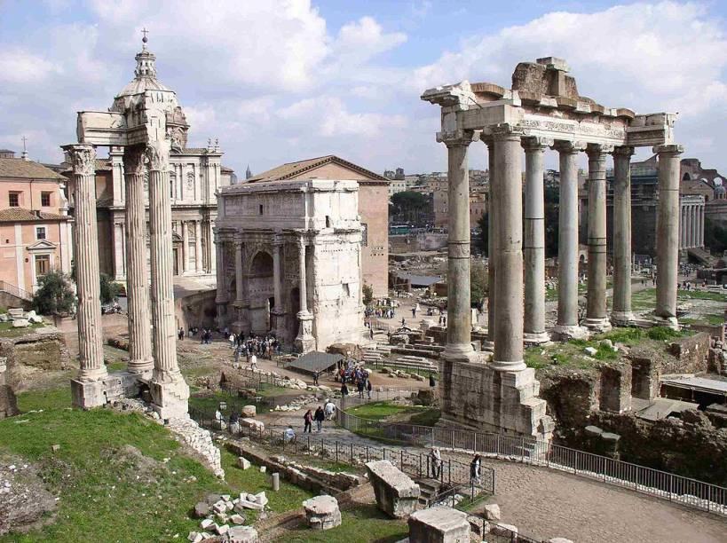 Ruínas do Fórum de Roma, com vestígios de antigos templos, arcos triunfais e edifícios governamentais