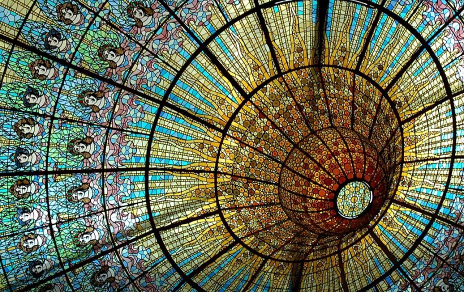 A multicolorida cobertura de vidro da sala de concertos do Palau de la Musica Catalana permite o uso de luz natural durante o dia. Crédito: Carlos Lorenzo/CC