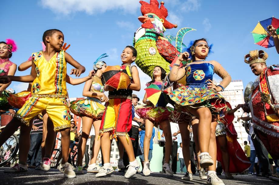 Apresentações de blocos de frevo, coco e maracatu fazem do Carnaval de Recife e Olinda um dos mais tradicionais do país