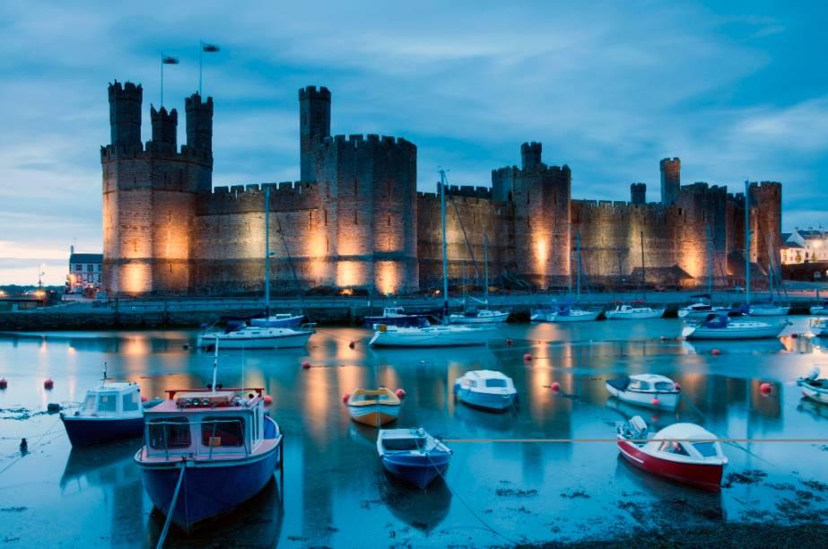 O castelo Caernarfon, também conhecido como Carnarvon, é um dos mais conhecidos do País de Gales e foi construído pelo rei inglês Eduardo I em suas campanhas de conquista do país entre os século 13 e 14. Charles, filho mais velho da rainha Elizabeth II, foi investido Príncipe de Gales nos precintos desta fortaleza