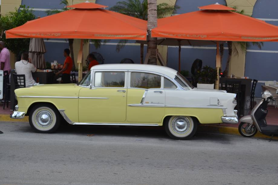 Em Miami, um dos destinos favoritos dos brasileiros que visitam os Estados Unidos, os carros antigos disputam a atenção com os carros de luxo que circulam por suas ruas