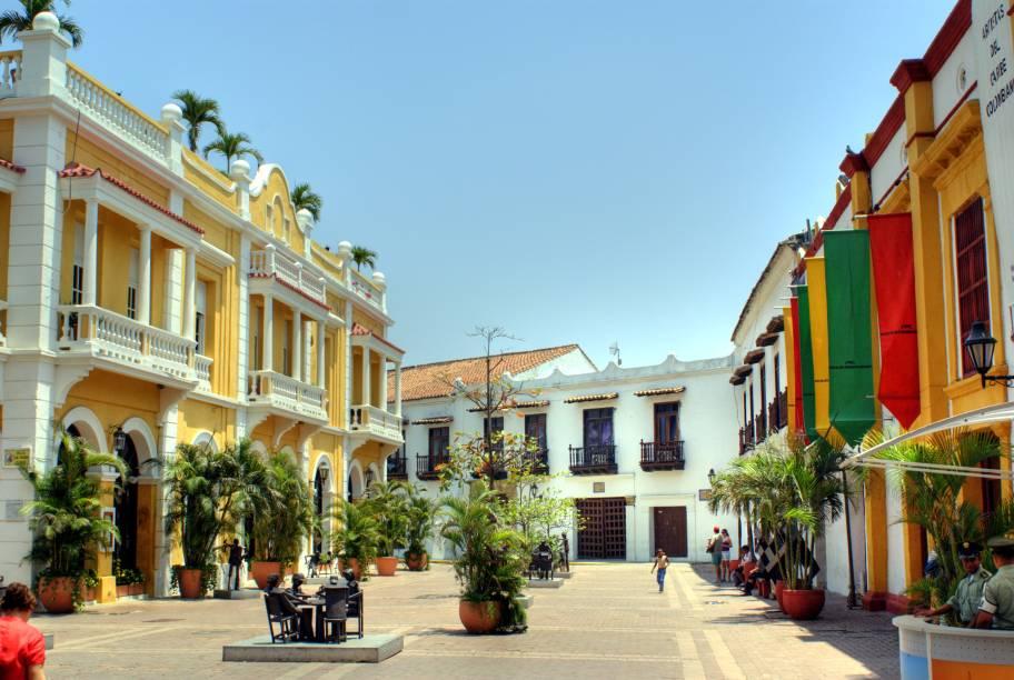 """<strong><a href=""""http://viajeaqui.abril.com.br/cidades/colombia-cartagena"""" rel=""""Cartagena das Índias"""" target=""""_self"""">Cartagena das Índias</a></strong>                    Considerada uma das mais belas cidades do país, emoldurada por uma charmosa baía e cercada por ótimas praias,<a href=""""http://viajeaqui.abril.com.br/cidades/colombia-cartagena"""" rel=""""Cartagena das Índias"""" target=""""_self"""">Cartagena das Índias</a><strong></strong>é, também, uma das mais conservadas cidades históricas de toda a Colômbia                    <em><a href=""""http://www.booking.com/city/co/cartagena.pt-br.html?aid=332455&label=viagemabril-cenarios-da-colombia"""" rel=""""Veja preços de hotéis em Cartagena no Booking.com"""" target=""""_blank"""">Veja preços de hotéis em Cartagena no Booking.com</a></em>"""